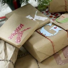 Leuk! Knip de voorletter van degene waarvoor het kerstcadeau bestemd is uit pakpapier of scapbookpapier en plak dit op het pakje.