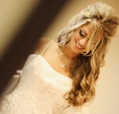 A cute up down wedding hairstyle with cute curls