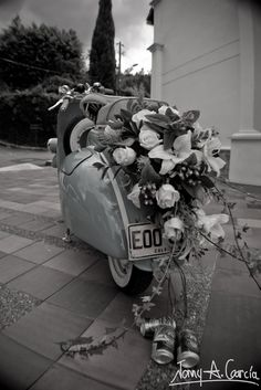 maybe when we're marrie 25 years we can do it over with a small party and a vespa like this :-)