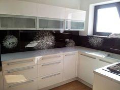 Moderní kuchyňská linka vyrobená na míru zadní obklad grafoskolo motiv odkvetlá pampeliška