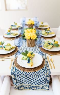 Home Decoration Table French country decor yellow and blue table decor with pops of gold. Lemon centerpieces and yellow florals.Home Decoration Table French country decor yellow and blue table decor with pops of gold. Lemon centerpieces and yellow florals Lemon Centerpieces, French Style Chairs, Sweet Home, Beautiful Table Settings, Blue Table Settings, Dining Table Settings, French Table Setting, Setting Table, Table Set Up
