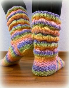 Neuloosi vaivaa neljässä sukupolvessa. Isomummi 96v, mummi 68v, minä 45v ja minun lapset 20, 18, 14 ja 10v. Puikot viuhuu! :) Crochet Socks, Knitting Socks, Crochet Yarn, Hand Knitting, Knitted Booties, Knitted Slippers, Wool Socks, Knitting Charts, Knitting Patterns
