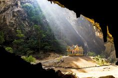 Image : Pavilion in Phraya Nakorn cave nearby Hua Hin, National Park Khao Sam Roi Yot, Thailand. (© Amnach Photo/Getty Images)