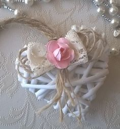 CUORE-VIMINI-BIANCO-DA-APPENDERE-PIZZO-SHABBY-CHIC-ROSA-DECORATO-A-MANO Shabby Chic Hearts, Felt Banner, Newspaper Crafts, Wooden Hearts, Fabric Flowers, Baby Love, Floral Arrangements, Hair Bows, Wedding Gifts