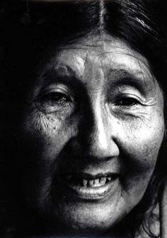 Angela Loig dernière survivante ? Angela est la dernière survivante de son groupe morte en 1974.    Télécharger l'ouvrage d'Anne Chapman http://www.memoriachilenaparaciegos.cl/archivos2/pdfs/MC0043450.pdf