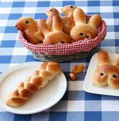 Pasen, ontbijt, brunch, recept, broodjes, paasbroodjes, vlechtbrood, krentenbrood, rozijnenbrood, konijnen, eieren, kippen, kuikens, haan, paaseieren, peuter, kleuter.