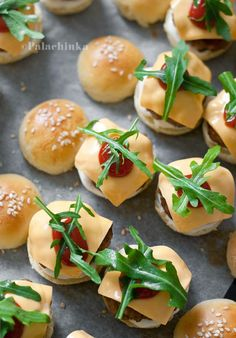 The ultimate party food - army of mini burgers! Finger Food Appetizers, Finger Foods, Appetizer Recipes, Quiche, Mini Sliders, Mini Hamburgers, Brunch Bar, Snacking, How To Cook Burgers