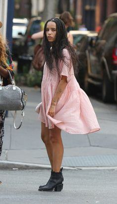 Zoe Kravitz shows off her toned legs in a pink dress in NYC Zoe Kravitz Style, Zoe Isabella Kravitz, Looks Style, Mode Inspiration, Fashion Inspiration, Mode Style, Hard Rock, Her Style, Pink Dress