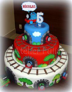 Meu primeiro bolo cenográfico especialmente confeccionado para uma grande amiga e um mocinho muito especial!!!     Base coberta com biscu...