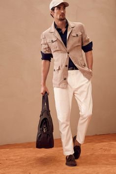 The complete Brunello Cucinelli Spring 2018 Menswear fashion show now on Vogue Runway. Male Fashion Trends, New Fashion, Fashion Brands, Gentleman Mode, Gentleman Style, Business Mode, Safari Jacket, Made Clothing, Vintage Clothing