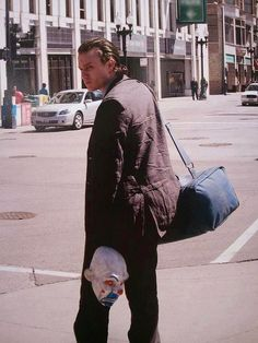Heath Ledger as the Joker in The Dark Knight sans makeup. Behind the Scenes: List of the 100 Best BTS Photos from Iconic Movies Heath Ledger Joker, Famous Movies, Iconic Movies, Old Movies, Classic Movies, Joker Clown, Joker Mask, Creepy Clown, Scene Photo
