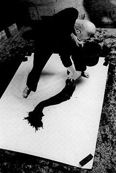 Japanese calligrapher, INOUE Yuichi (1916-1985), at work. 井上有一