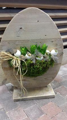 Steigerhouten EI met aan 1 zijde het verse bloemwerk en andere zijde plankjes voor lichtjes en/of decoraties