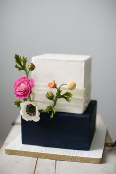 Elegant square cake: http://www.stylemepretty.com/pennsylvania-weddings/philadelphia/2015/03/06/3-tips-for-a-better-cake-tasting/ | Photography: Peach Plum Pear - http://peachplumpearphoto.com/