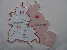 Berlin: East vs. West - De verschillende zones van Berlijn, tentoongesteld aan Checkpoint Charlie.