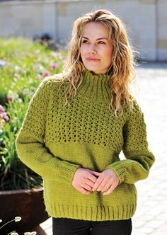 59cc4679 Gratis strikkeopskrifter! Dejlig vamset med høj hals, men med et luftigt  hulmønster øverst på krop og ærmer - sådan en sweater kan man vist godt  finde plads ...