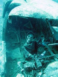 Abandoned Wreck - Underwater photo taken of airplane crash with skeleton remains ; Abandoned Ships, Abandoned Buildings, Abandoned Places, Underwater Ruins, Underwater Shipwreck, Underwater Plants, Underwater Photos, Photo Avion, Ghost Ship