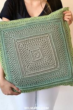 granny squares Make a simple crochet pillow cover with my free crochet pattern and video. You can make the granny square as big as you want by simply repeating the rows. Plaid Crochet, Crochet Granny, Crochet Yarn, Free Crochet, Cushion Cover Pattern, Crochet Cushion Cover, Crochet Cushions, Crochet Pillow Cases, Crochet Pillow Patterns Free