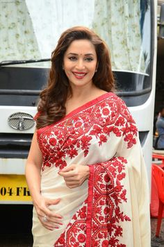Madhuri Dixit snapped on the sets of So You Think you can dance on July Hot Actresses, Beautiful Actresses, Indian Actresses, Actress Aishwarya Rai, Bollywood Actress, Madhuri Dixit Saree, Hot Girls, Preity Zinta, Karisma Kapoor
