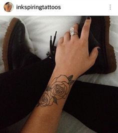 Tatuajes de rosas negras en el brazo significa belleza