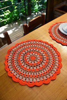 Tissage Crochet Arts: Sousplat Tricolor - Just DIY Motif Mandala Crochet, Crochet Coaster Pattern, Crochet Motifs, Crochet Squares, Crochet Doilies, Crochet Flowers, Crochet Patterns, Doily Rug, Crochet Placemats