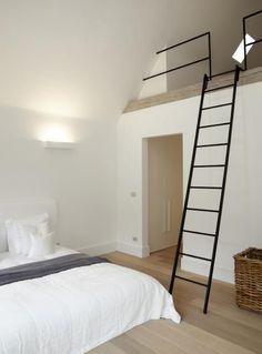 slaapkamer met vide, maar dan open versie en slaapvide op een soort inloopkastenwand en douchecel of cv-kast.