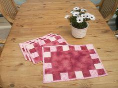 Dækkeservietter. Kvadreterne er 5 x 5 cm. Mønster er fra Stjernestoffer. gave til min store søster