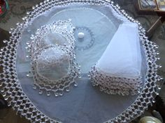 Conjunto de cobre copo, jarra, saladas Crafts To Do, Bead Crafts, Dark Home Decor, Knitted Bags, Doilies, Organza, Embroidery, Beads, Sewing