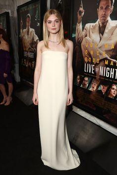 Elle Fanning en Oscar de La Renta à la première de Live by Night à Hollywood