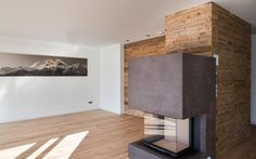 Wohnzimmer mit Kamiofen und Altholzwand