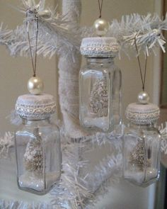 kerstballen maken: kleine potjes met een voorwerpje erin, lintje erom..........