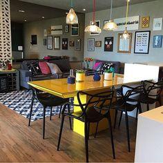 Loft para um jovem casal. As cadeiras Masters ficaram ótimas com a mesa em laca amarela. Por @gabiwork #loft #loftdecor #cobogo #cobogó #espelho #masterschair #lacaamarela #mesadejantar #living #decor #decoracao #decorating #decoration #arquiteto #arquitetura #arquitetura #euteinspiro