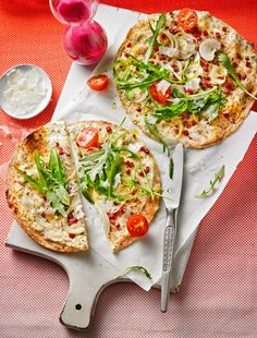 Super schneller Tortilla-Flammkuchen mit Schinken, Rucola und Tomaten