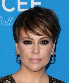 View yourself with Alyssa Milano hairstyles and hair colors. View styling steps and see which Alyssa Milano hairstyles suit you best. Short Straight Haircut, Short Wavy Hair, Short Hair Styles Easy, Long Layered Hair, Medium Hair Styles, Hair Medium, Celebrity Short Hair, Celebrity Hairstyles, Celebrity Moms