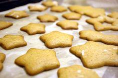 Простой рецепт + видео новогоднего имбирного печенья, украшенного глазурью.