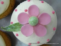 This daisy cupcake will put anyone in the summer spirit from Sweet Sisters. #desserts #cupcakes #daisy #flowers #summer #summertime #SweetSisters