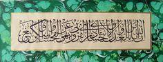 """Celi sülüs hat ile ve battal ebru çerçeveli Nahl suresi 90. ayet.  """"İnnallâhe ye'muru bil adli vel ihsâni ve îtâi zîl kurbâ ve yenhâ anil fahşâi vel munkeri vel bağy (bağyi)""""   MEALİ: Muhakkak ki Allah, adaletli olmayı ve ihsanı ve akrabalara vermeyi(yardım etmeyi) emreder. Ve fuhuştan, münkerden (Allah'ın yasakladığı şeylerden) ve azgınlıktan (hakka tecavüzden) sizi nehyeder(men eder veya yasaklar)."""