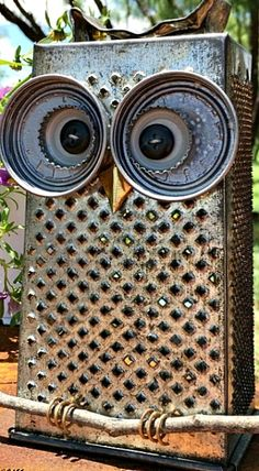 Kitchen Owl made from a cheese grater and lids! Trash to Treasure project.c - Grater - Ideas of Grater Crafts To Make, Arts And Crafts, Metal Garden Art, Glass Garden, Owl Crafts, Decor Crafts, Scrap Metal Art, Junk Art, Trash To Treasure