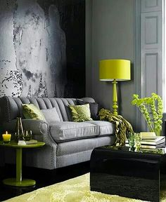 Juego de sala tradicional color gris y accesorios verde brillante.