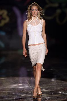 Versace Spring 2002 Ready-to-Wear Collection Photos - Vogue