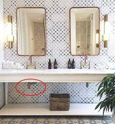 banheiro branco azul 2 pias Lindo banheiro! Chato é o cano do sifão ficou tortinho pq a saída da parede não está centralizada com a pia…Não deixe isso acontecer na sua obra ou reforma!