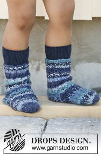 "Knitted DROPS socks in rib in ""Fabel"". Size 23 to 37 ~ DROPS Design"