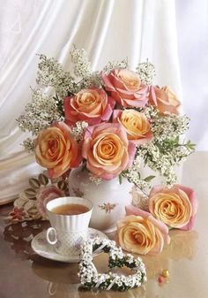 Those white flowers Beautiful Flower Arrangements, My Flower, Pretty Flowers, Floral Arrangements, White Flowers, Deco Floral, Floral Design, Beautiful Roses, Belle Photo