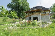 Și-au făcut casa din Prahova după un model tradițional muntenesc de la Muzeul Satului   Adela Pârvu - Interior design blogger Traditional House, Interior Design, House Styles, Places, Romania, Home Decor, Lost, Wood Ceilings, Cabin