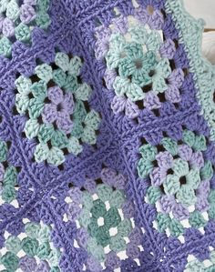 Crocheted baby blanket free pattern... beautiful colors!