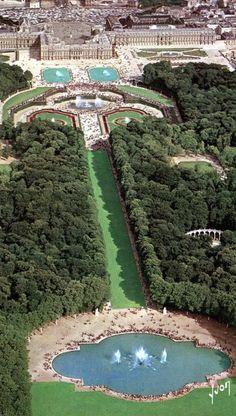 Vista aérea del Palacio de #Versalles, uno de los más grandiosos de #Francia http://www.viajaraparis.com/ciudades-para-visitar-cercanas-a-paris/versalles/