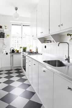 Kitchen Floor Tile Ideas (Best of Remodeling Kitchen Tiles in Modern, Retro, and Vintage Style) Kitchen Tiles, Kitchen Flooring, New Kitchen, Kitchen Dining, Kitchen Decor, Green Kitchen, Kitchen Cabinets, Beautiful Kitchens, Cool Kitchens