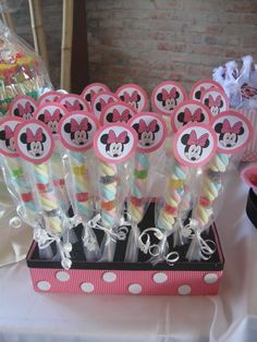 minnie vintage - Buscar con Google Fiesta Mickey Mouse, Minnie Mouse Theme, Mickey Party, Mickey Mouse Birthday, Birthday Party Decorations, 1st Birthday Parties, Mouse Parties, Disney Parties, Baby Party