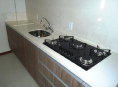 Pia de porcelanato cozinha com cooktop Vertical Planter, Locked Wallpaper, Kitchen Design, Oven, Sweet Home, Kitchen Appliances, Bathroom, White Porcelain Tile, Decorating Kitchen