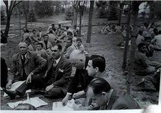 1944 - Milli Eğitim Bakanı #HasanAliYücel, Müsteşar İhsan Sungu, Sivas MV Reşat Semsettin Sirer, Orta Öğr. Gen. Müdürü Nihat Adil Berkman, İlk Öğrt. Müdürü İsmail Hakkı Tonguç, MEB Başmüfettişlerinden Hayrullah Örs Hasanoğlan Köy Enstitüsü öğrencileriyle birlikte yemek yiyor.